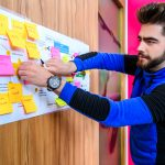 Student plakt post it op fel papier