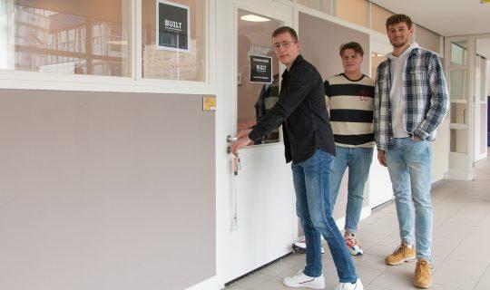 v.l.n.r. Bas Garritsen, Jacob Vogel en Max Zufang openen de deur van Buro BUILT